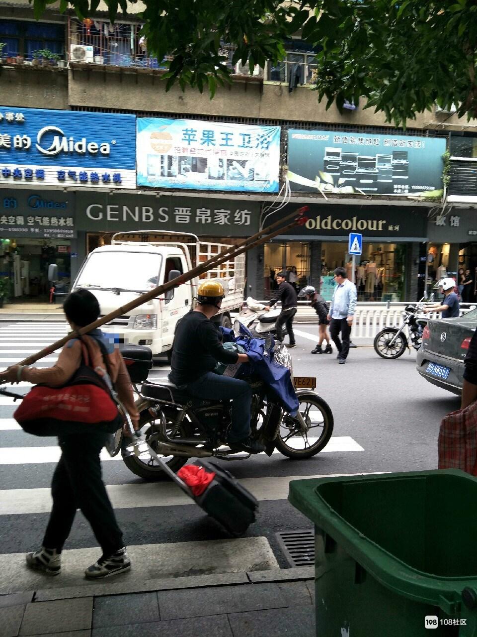 胜利街口女司机骑摩托被刮倒,结果不到1分钟两人就…