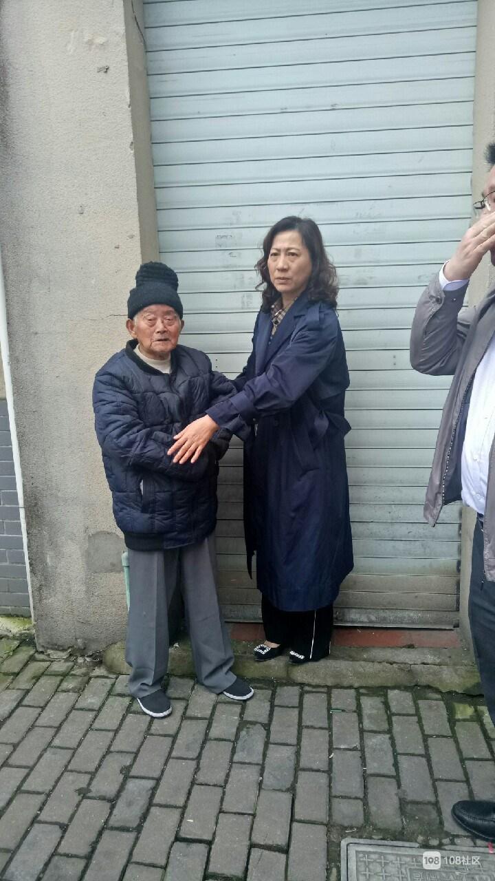 九十岁老爷爷摔倒脸上出血 美女帅哥都来帮忙不怕碰瓷!