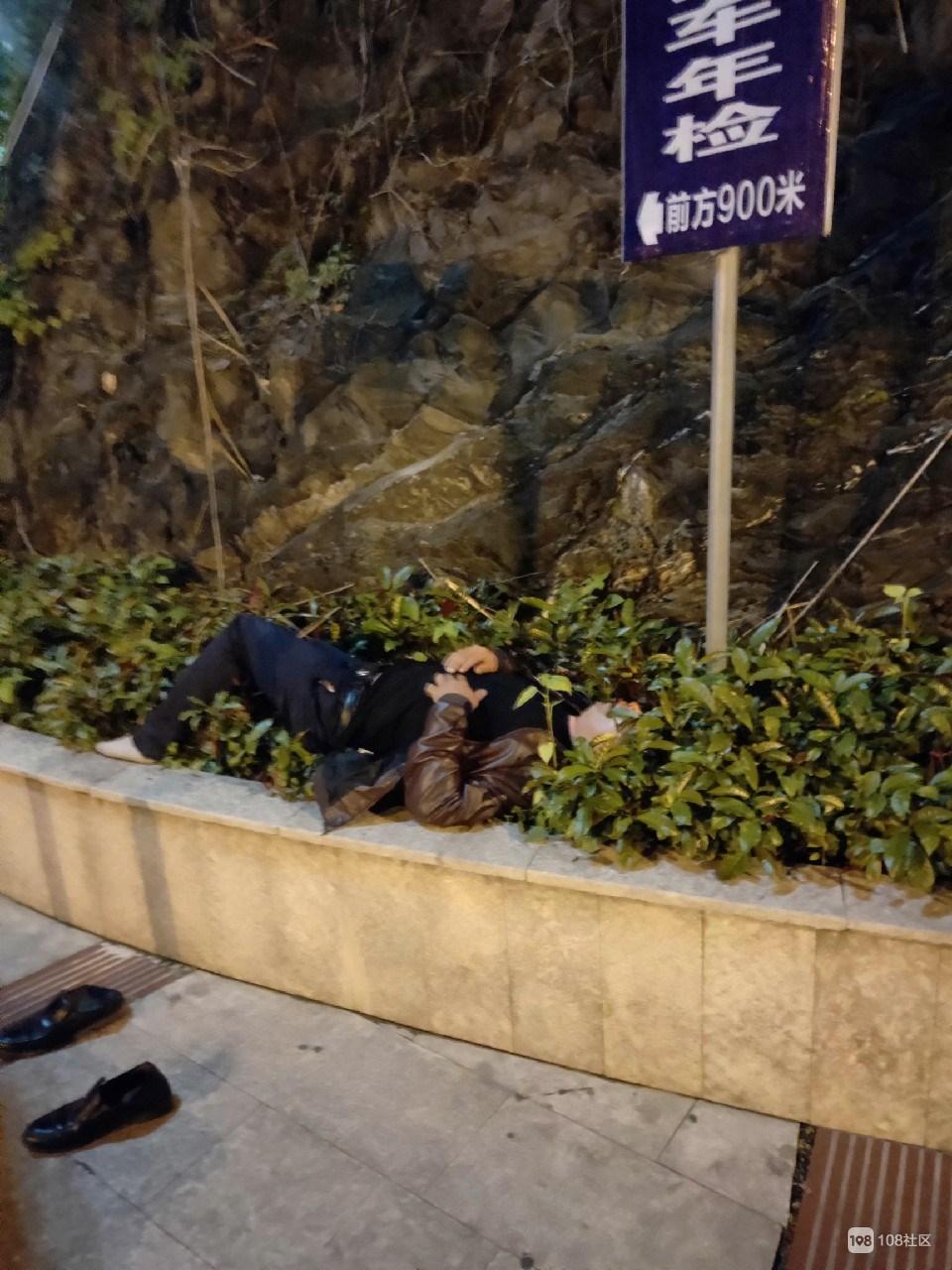 玉屏桥一男子凌晨疑醉酒躺路边,路人小姐姐喊来110