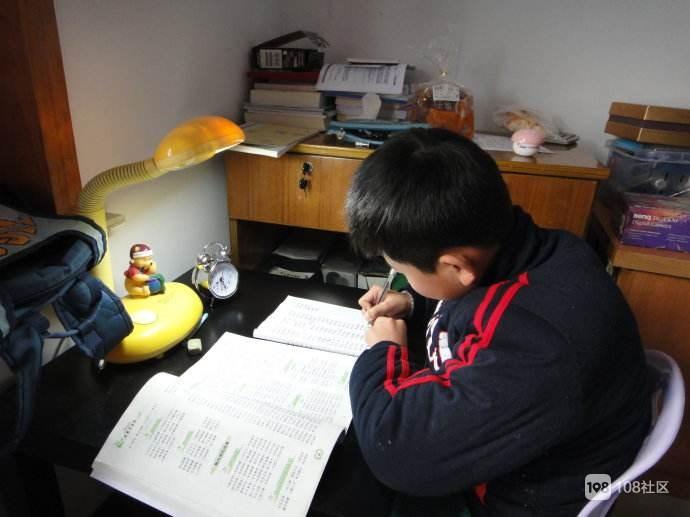 初中学生有必要布置很多作业吗?孩子每晚写到12点