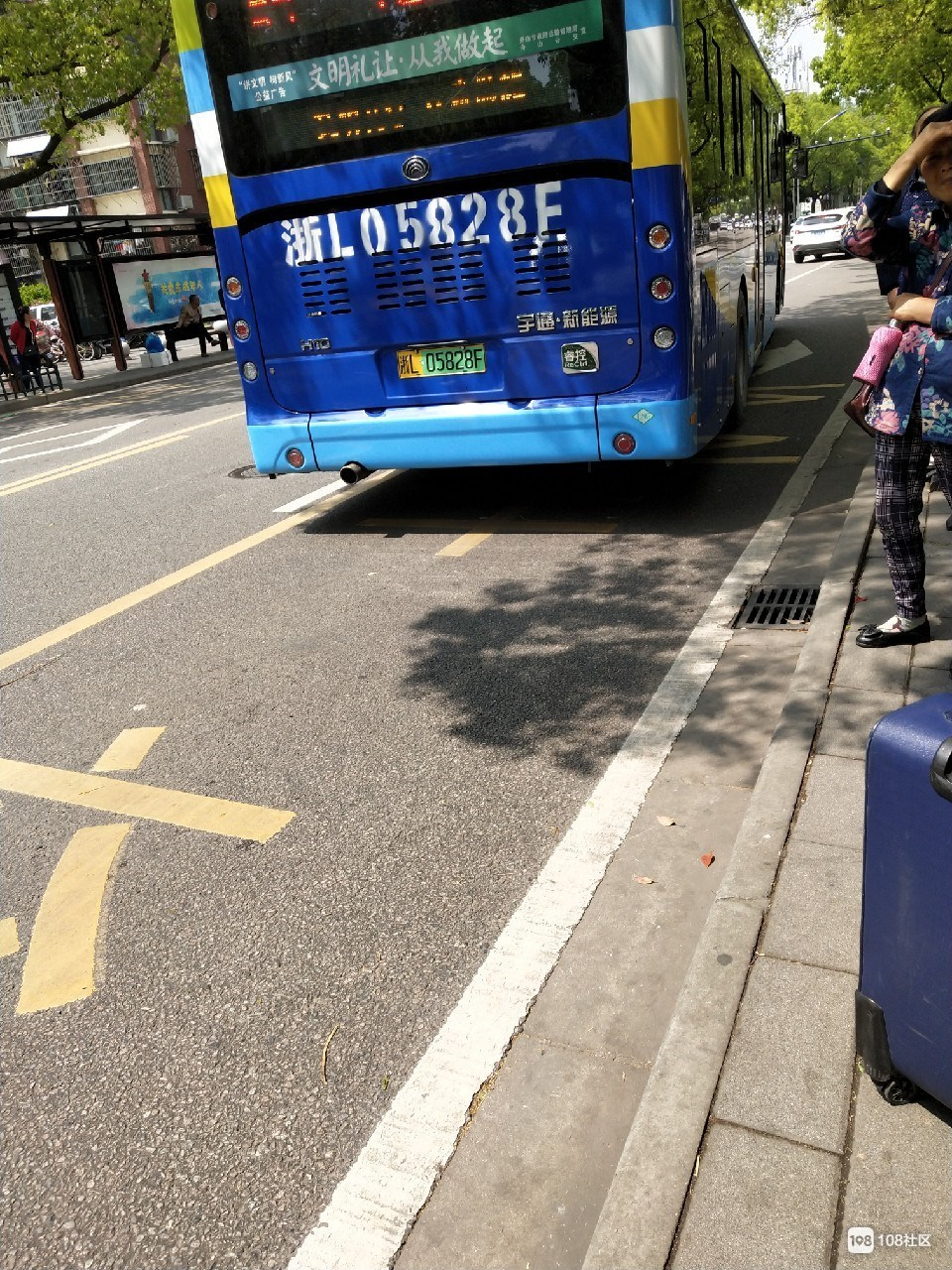 给这位驾驶员点赞!他将腿脚不便的孩子背到学校门口