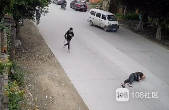 蓄意谋杀?宝马径直撞上骑车老人,监控拍下惊险瞬间