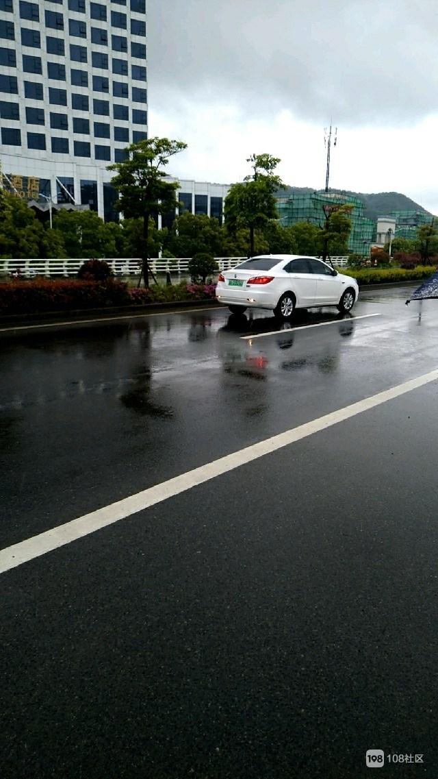东港一女司机在快车道上  不但停车还倒起了车...
