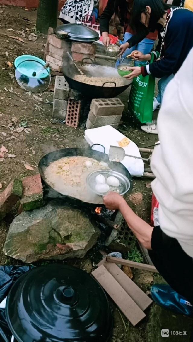 砖瓦搭灶顶上放锅,下柏幼儿园野餐方式实在独特!家长叫好