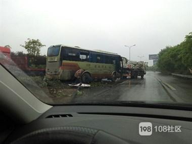 新市二桥一客车突然冲上隔离带!一声巨响撞倒路灯,司机…