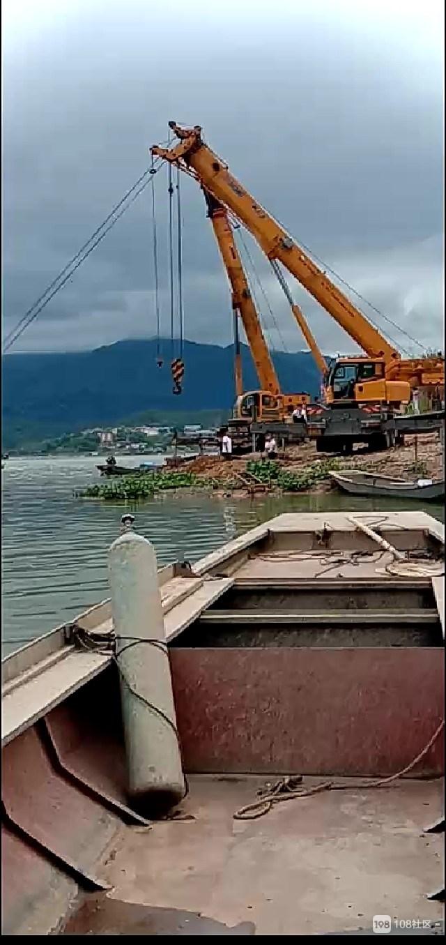 樟湖又一运沙船因超载翻了个底,3辆吊车紧急救援!