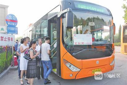 80岁老人拦车遭无视续:当时处于非运营期,司机赶往首发站