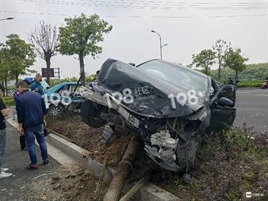 江东路两车相撞!现场一孩子受伤,已被送往医院!