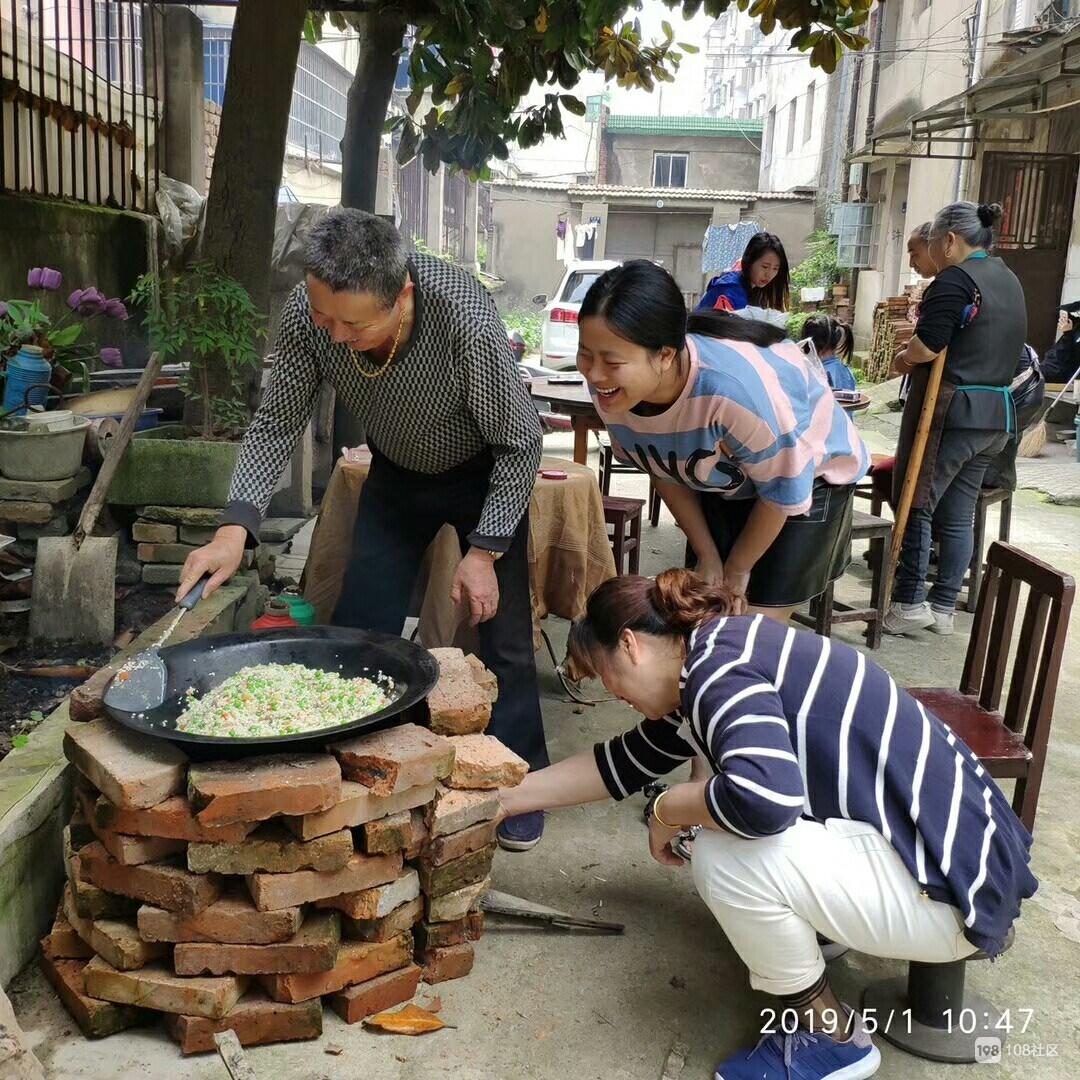 德清这小区太和谐!砖块围墙大锅起灶,烧野锅饭提早过立夏