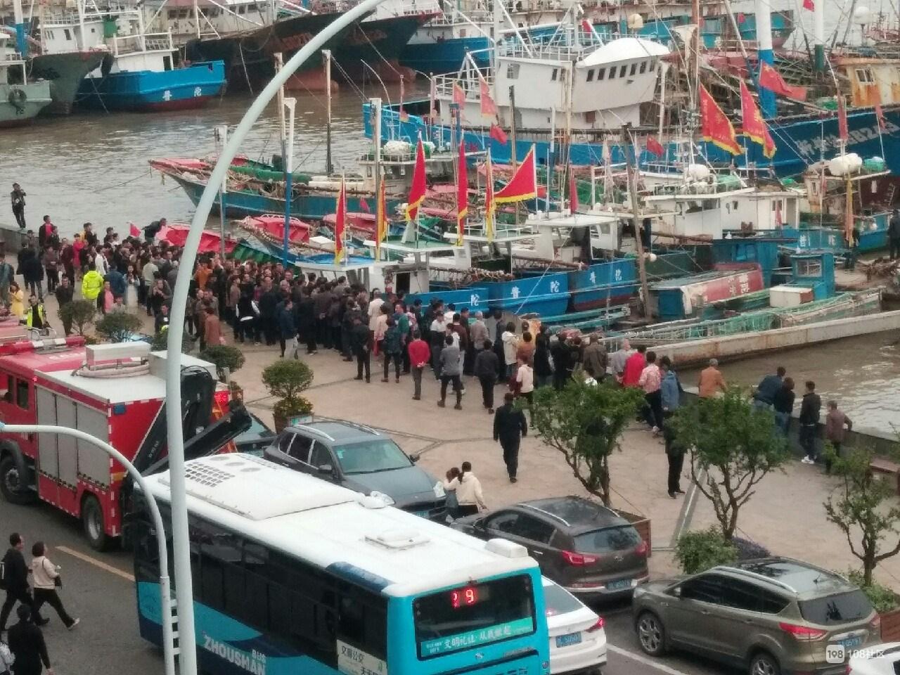 在公安和群众包围下 沈家门跳海女子自己从码头走过来了