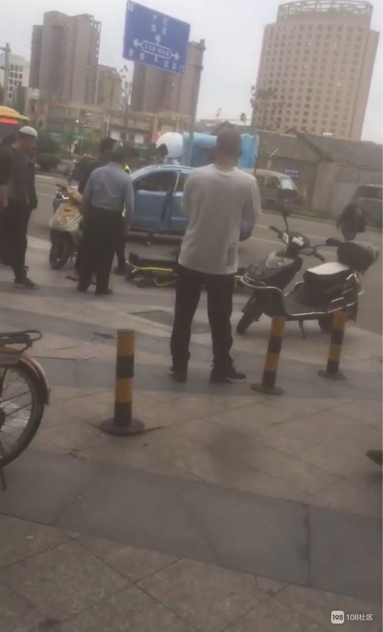 刚刚浦西发生车祸,电动车男子倒地不起被抬上担架