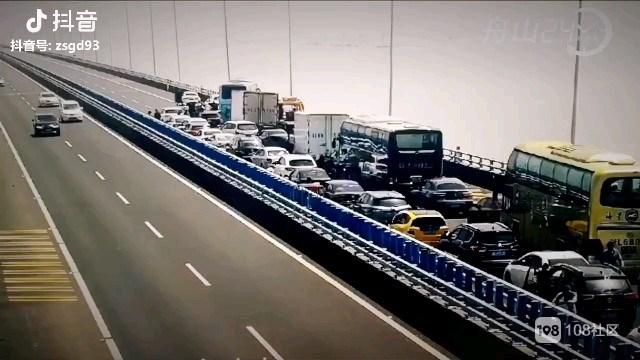 跨海大桥4车追尾造成拥堵 警民齐力将障碍车脱离!