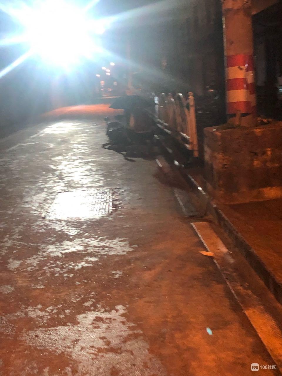 火车站一老人倒路口起不来,120都来了,肇事者据说是…