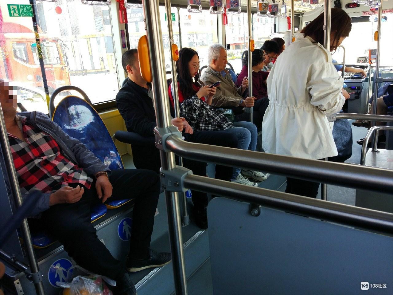 男子一个人占两个位置 老年人上来还是别人让座的!