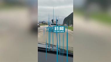 """德清社友直呼""""不怕死的?""""2女孩坐在行驶中宝马车顶嬉闹"""