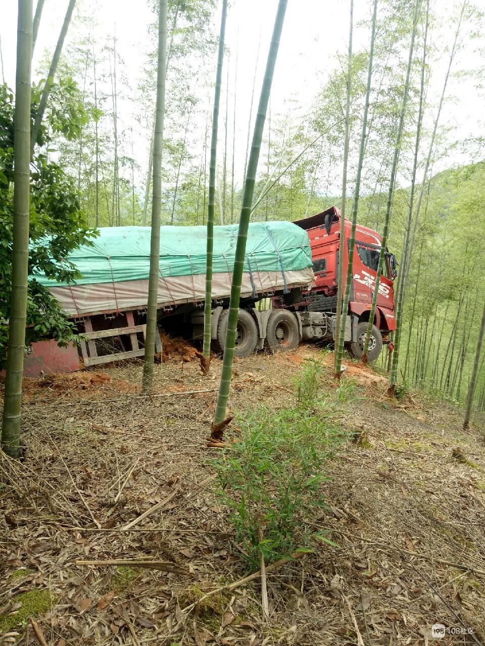 """大货车""""红杏出墙"""",山下可只有一片毛竹林在等你"""