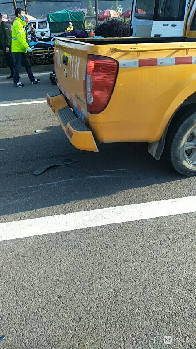白泉两车相撞直接翻了!还有位老人被撞 一动不动…