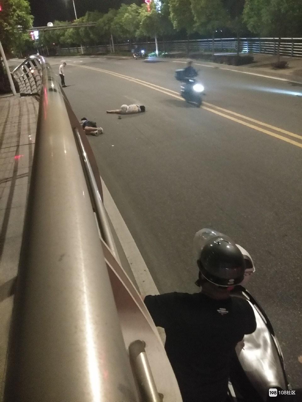 江南凌晨一摩托撞路墩伤者甩出数米远,女孩趴路中央一动不动