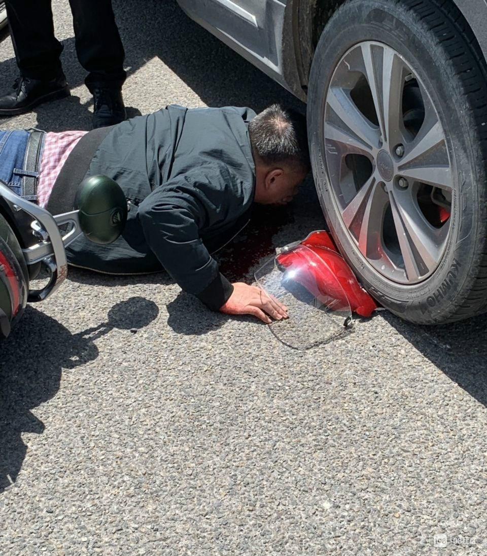 头盔保命!临城一男子的头被压在轿车下 头盔已压扁