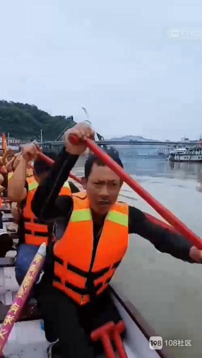 比赛的节奏!水南龙舟队热情下水,社友直呼要放鞭炮
