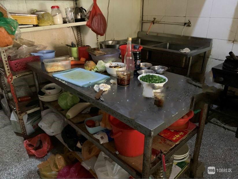 血流满地!沙县小吃店内正吃着饭,男子突然挥刀砍向同事