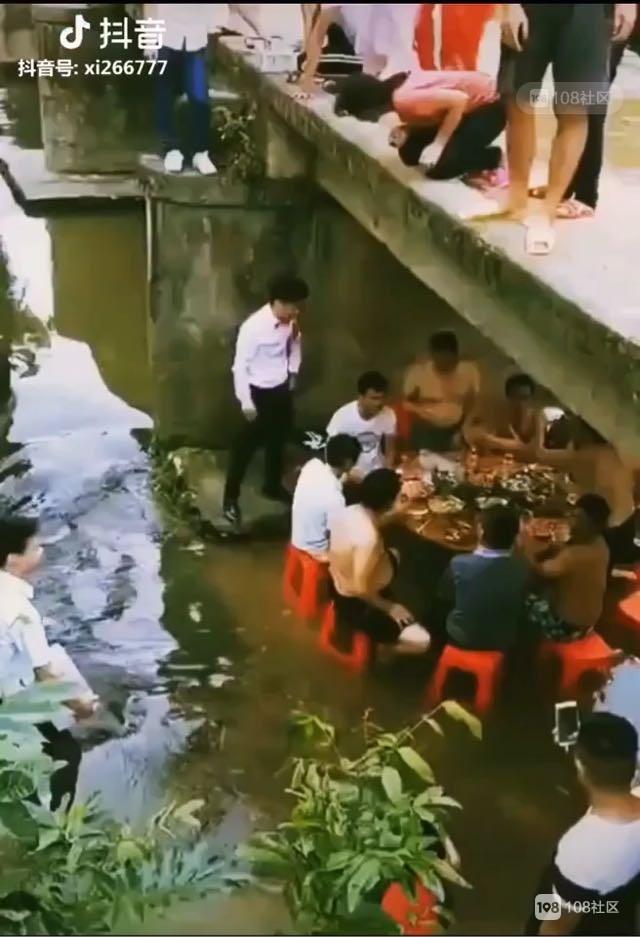 偷闲下午茶 这酒席摆得绝了!一群人光膀子新娘只能在桥上看