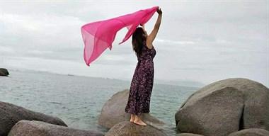 点赞!武汉游客海边散步不慎落水,她冲过去扶起落水阿姨
