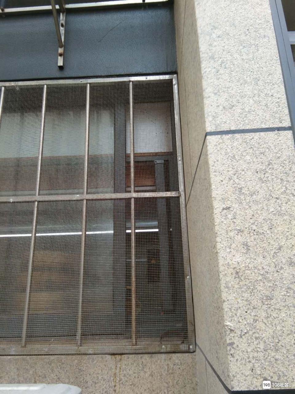 东港某小区居民一年四季不敢开窗  一开后果不堪设想!