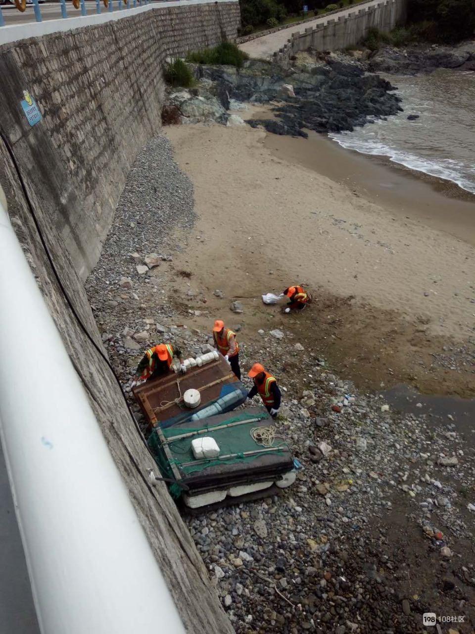 环卫工人辛辛苦苦在海滩清理垃圾  无奈垃圾实在太多!