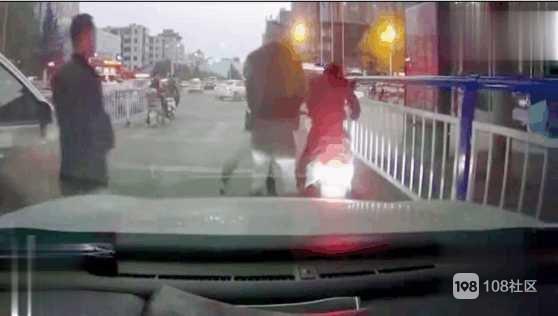 街头遇德清前同事 !他开汽车我推小车,打完招呼瞬间来气
