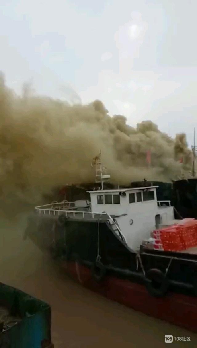 金外滩南门一大船着火  浓烟滚滚  消防奋力扑救!