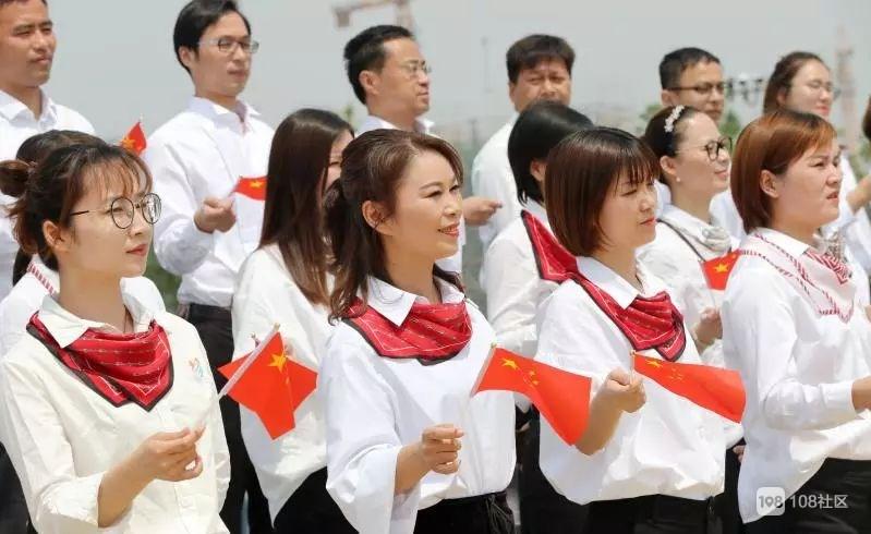震撼!凤栖湖畔,教育系统近百名师生献礼祖国70华诞!
