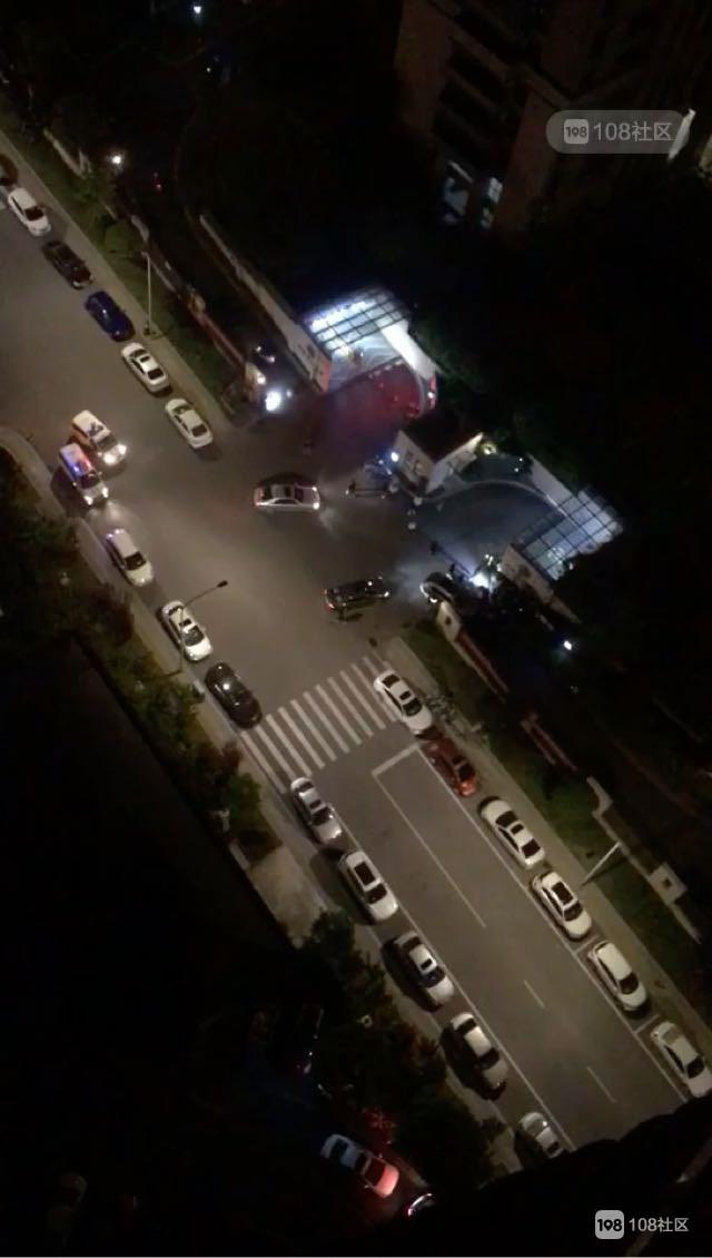 警察为业主开路遭到保安队长玩命阻拦  场面混乱...