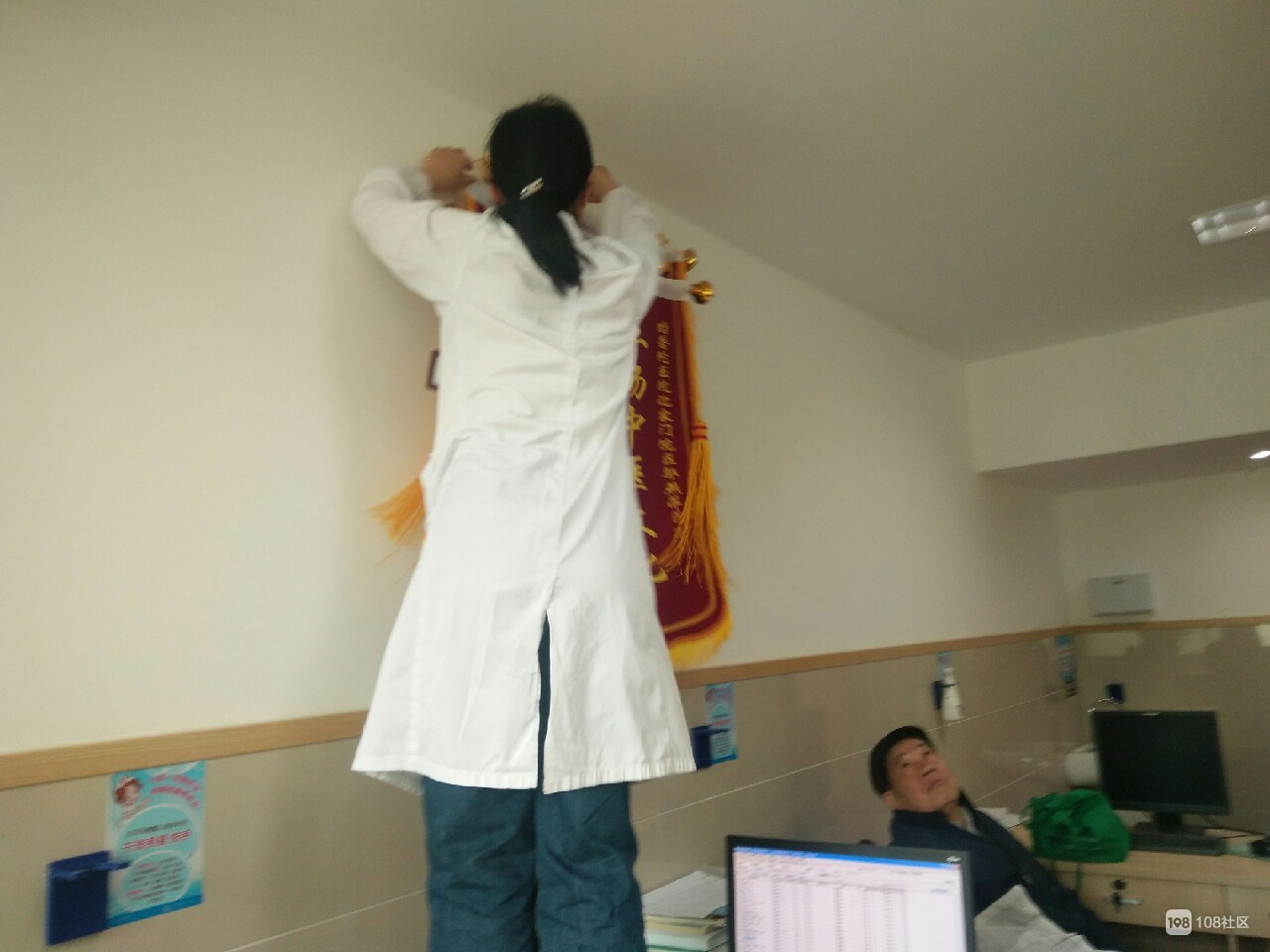这位女医生在舟山口碑超高  老伯送锦旗感谢!