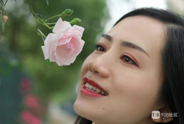 网红花墙风靡德清,怎么拍好看?看看这位美女亲身演示!