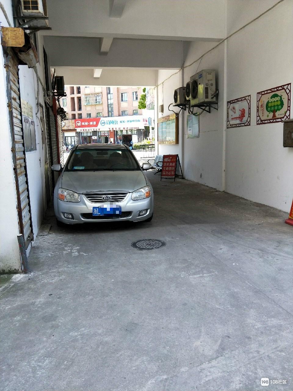 无语!多次提醒这位乱停车的车主 这回干脆停消防通道