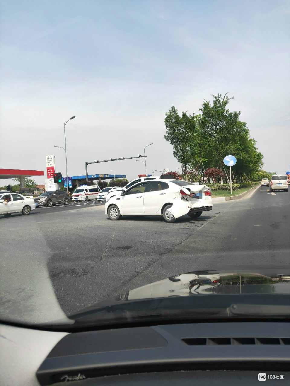 秋山加油站2车相撞,起亚车一下子被皮卡怼出大坑!