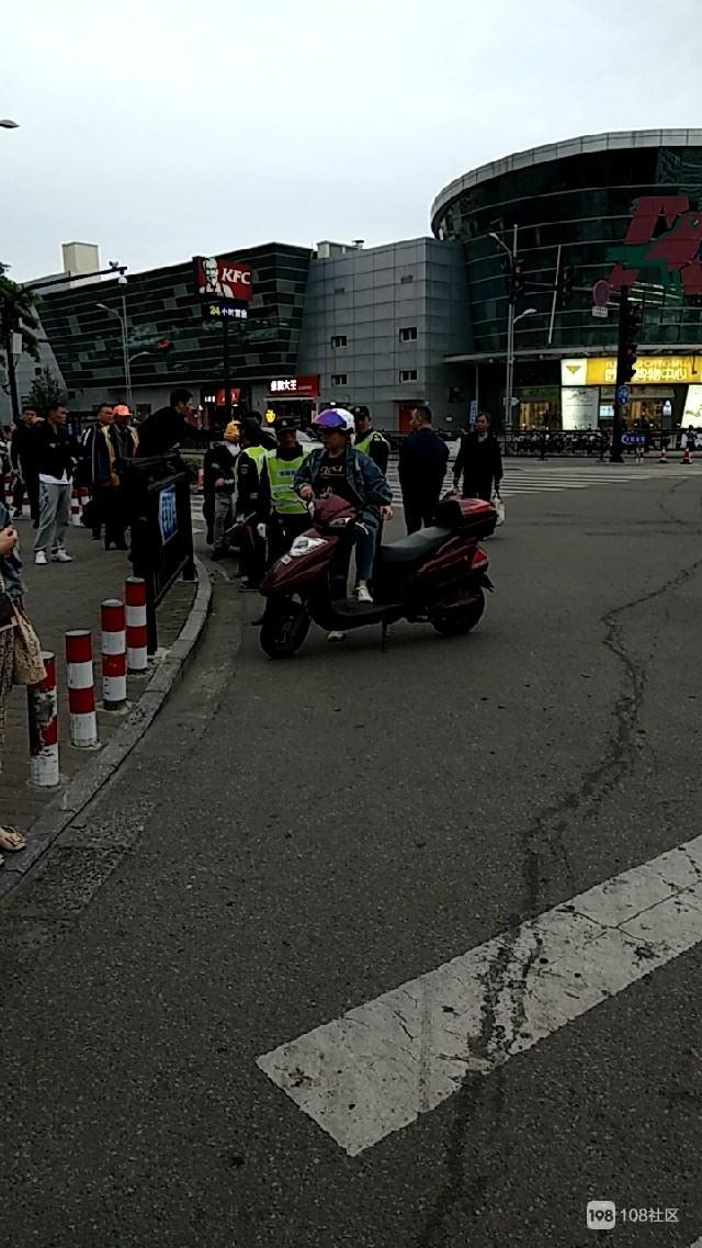 电瓶车车主带人与协管员发生冲突 交警在旁劝架!