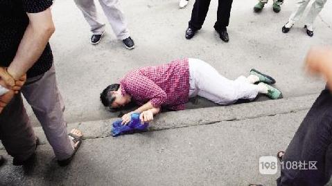 教师公寓一女子突然倒地满脸是血,现场抢救半小时仍不幸离世