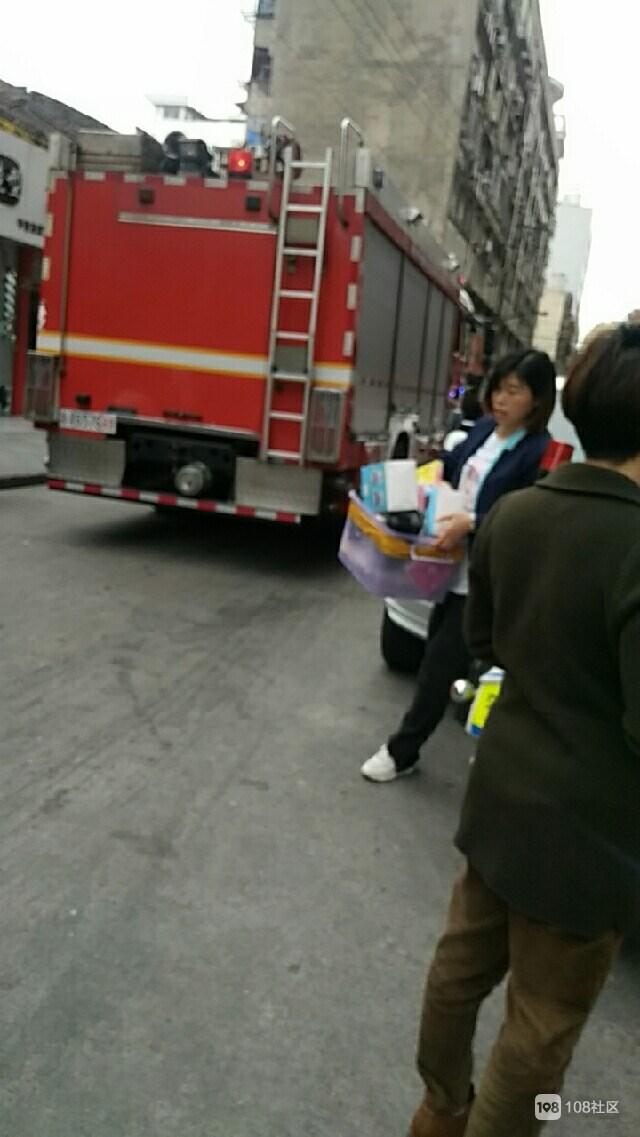 西大街手机店散发出臭味 还有阵阵浓烟!很多市民围观…