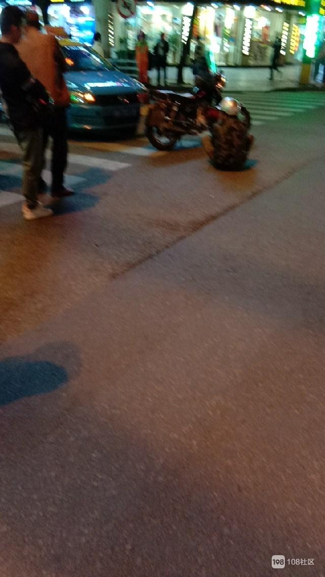 鼓楼街的士和摩托车拼上了,男子坐地不起围了不少人
