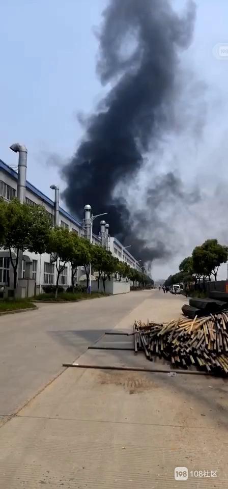 雷甸某厂这火噶大!滚滚黑烟笼罩整个厂房上空,老远都能看见