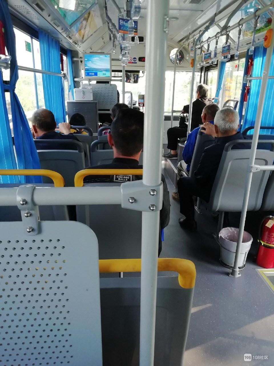 看到505路司机这样对待老年人 我心中充满暖意…