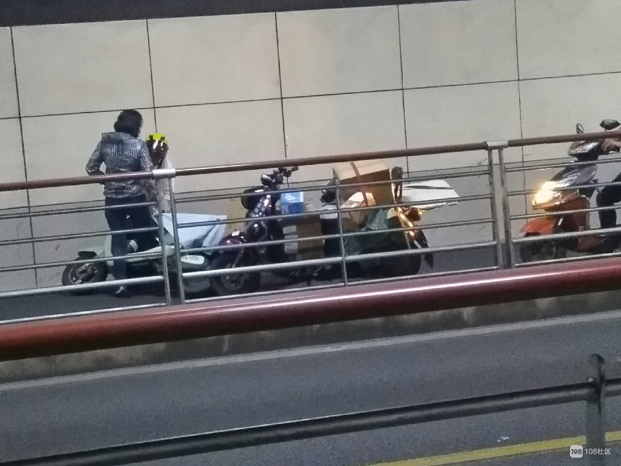 东港隧道非机动车道堵了一片 前面2辆电瓶车撞一起了