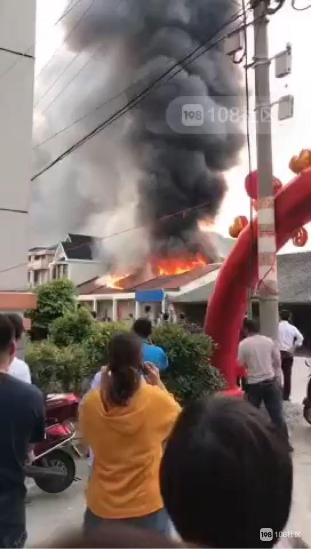 金塘一民宅突发大火!连声炸响 火光穿破屋顶!