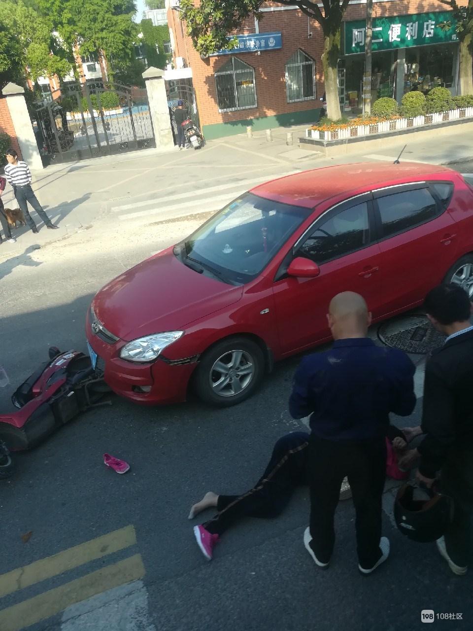 环城东路一女子骑电瓶车被撞  鞋子飞到一边...
