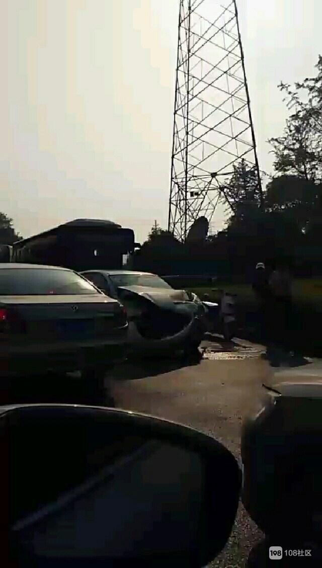 武康到洛舍严重堵车!大巴轿车惨相撞,人生头次车祸就在这