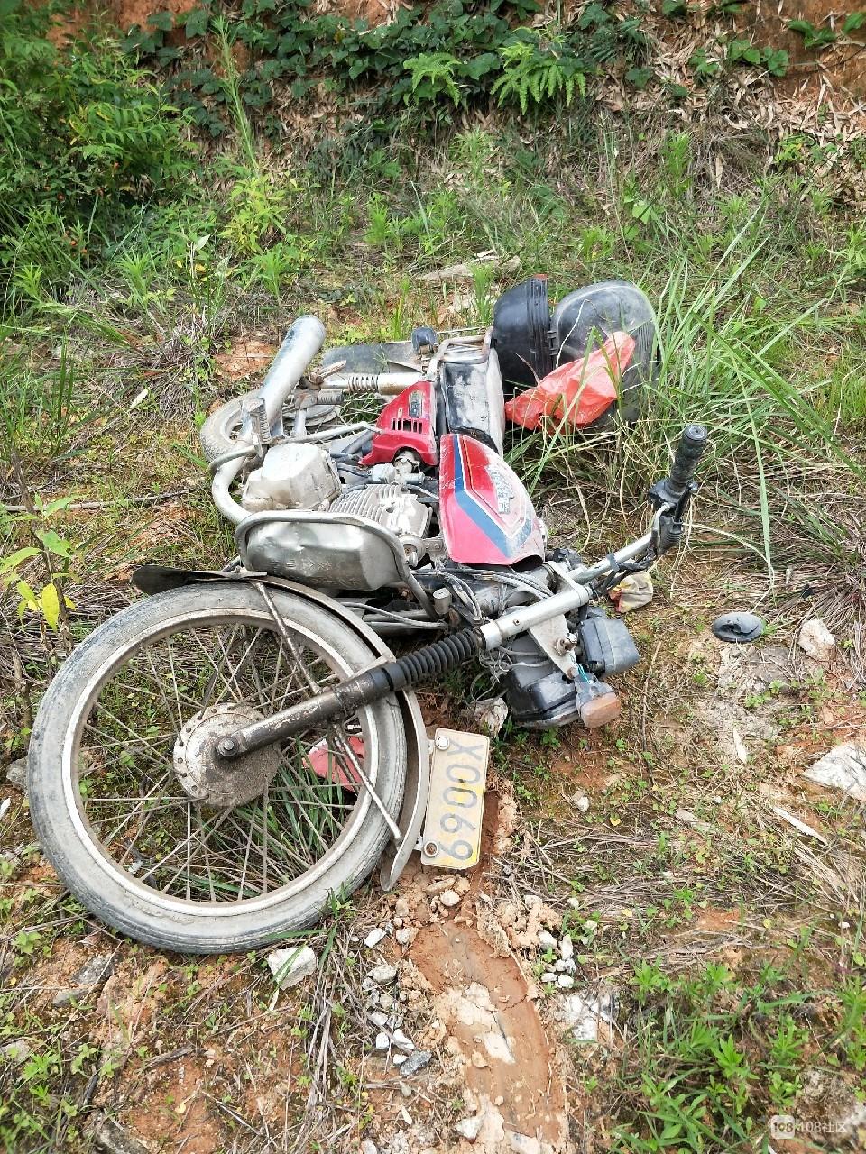 成功路后山疑发现一辆丢弃的事故车,求扩散寻找主人