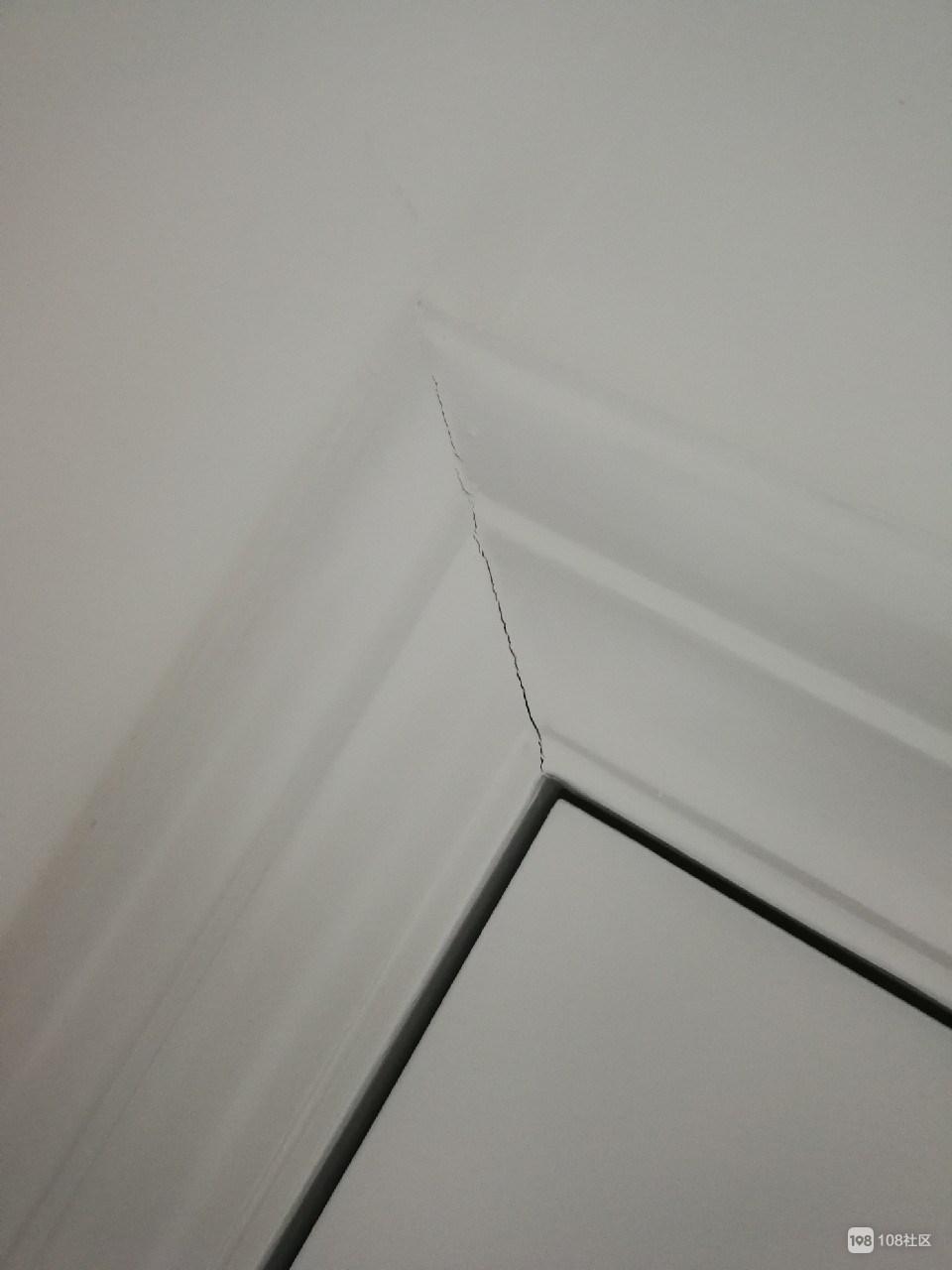 新家装修得像被扫荡过一样  多处出现裂缝!