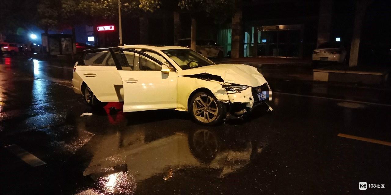 车头全烂!武康奥迪拦腰撞上小汽车,女司机被紧急送医院
